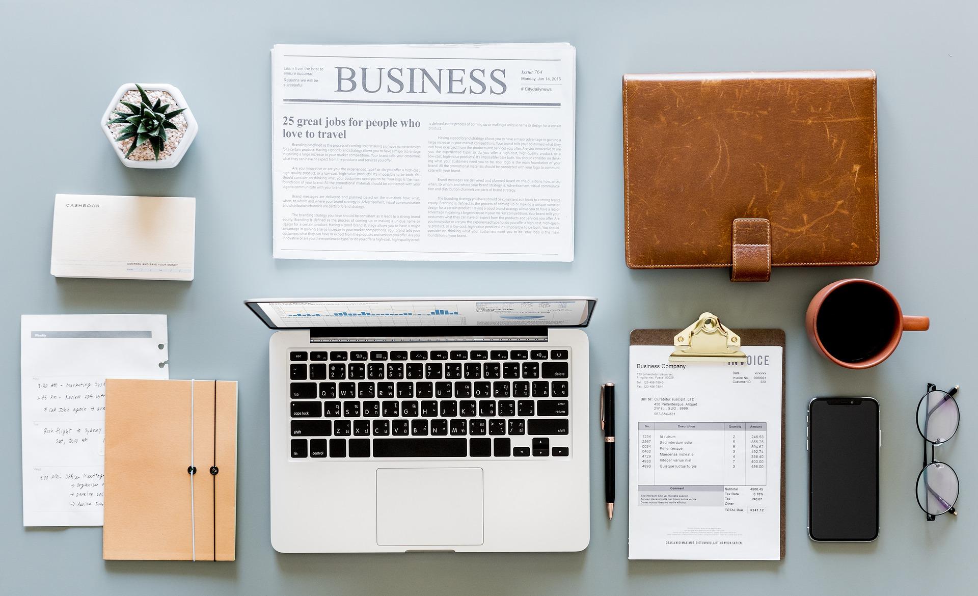 tietokone, kahvikuppi, puhelin ja kalenteri